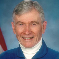 Cựu phi hành gia NASA từng đi bộ trên Mặt trăng qua đời