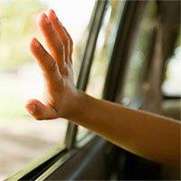 Để trẻ một mình trong xe hơi dưới trời nóng nguy hiểm thế nào?