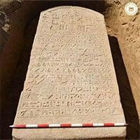 Đi cuốc đất, người nông dân đào được báu vật Ai Cập 2.600 tuổi
