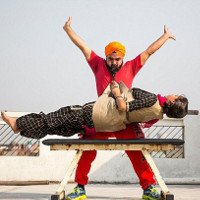 Dị nhân Ấn Độ dùng râu để nâng người nặng 54,4kg