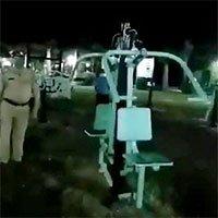 Đi tuần ban đêm, cảnh sát Ấn Độ dựng tóc gáy vì chứng kiến...