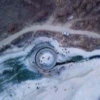 Đĩa băng xoay tròn giữa lòng sông đóng băng ở Trung Quốc