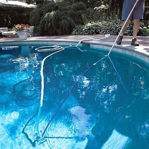 Dung dịch Clo làm sạch hồ bơi như thế nào?