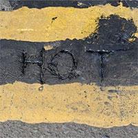 Đường phố Anh chảy ra, biến dạng vì nắng nóng đáng sợ