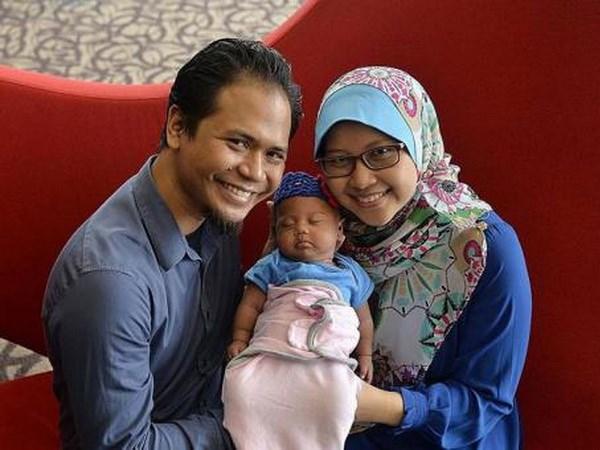 Em bé châu Á đầu tiên sinh tự nhiên từ cấy ghép mô buồng trứng