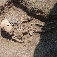 Hài cốt 2.000 năm của bé trai có hộp sọ