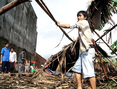 Hai người chết, hàng nghìn căn nhà bị tốc mái do bão