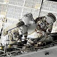 Hai nhà du hành vũ trụ Nga đi bộ ngoài không gian hơn 7 tiếng đồng hồ