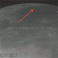 Hai thiên thạch phát sáng khi lao xuống Mặt trăng
