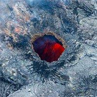 Hình ảnh tuyệt đẹp của núi lửa phun trào khi nhìn từ trên cao