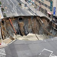 Hố tử thần 30m nuốt chửng đường 5 làn ở Nhật