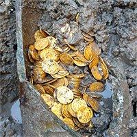 Hũ đồng xu vàng chôn hơn 1.500 năm dưới nhà hát Italy
