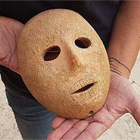 Israel trưng bày mặt nạ cổ 9.000 năm tuổi bằng đá sa thạch