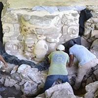 Khai quật được mặt nạ Maya cao bằng một người lớn