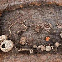 Khai quật mộ em bé chôn cùng chó cưng 2.000 năm