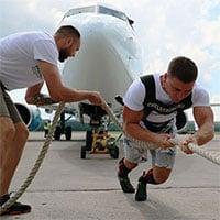 Khoảnh khắc khó tin: Vận động viên Nga lập kỷ lục kéo máy bay