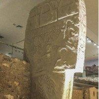 Khoảnh khắc sao chổi hủy diệt voi ma mút trên cột đá cổ