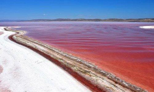 Kỳ lạ hồ nước biến thành màu đỏ như máu ở Thổ Nhĩ Kỳ