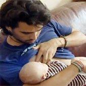 Kỳ tích nuôi con bằng sữa cha