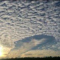 Lỗ mây giống hai chiếc đĩa bay trên bầu trời Anh