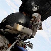 Lỗ thủng bí ẩn trên tàu vũ trụ Nga