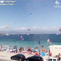 Lốc cát cuốn đồ vật bay tán loạn trên bãi biển Pháp