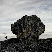 Lời cảnh báo đáng sợ từ 2 tảng đá khổng lồ trên vách núi