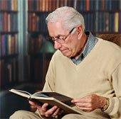Lợi ích của việc đọc, viết với người già