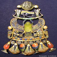 Mặt dây chuyền bọ hung của vua Tutankhamun được chế từ sao chổi