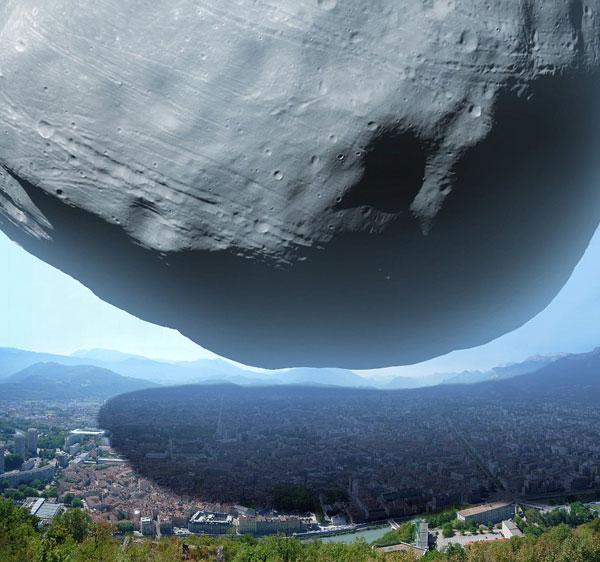 """Mặt Trăng lớn nhất của Sao Hỏa """"đè bẹp"""