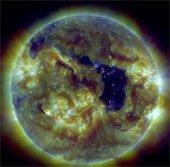 Mặt trời thủng một lỗ khổng lồ