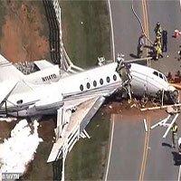 Máy bay Mỹ trượt khỏi đường băng, gãy làm đôi