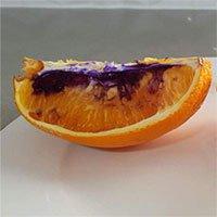 Miếng cam vàng óng hóa màu tím chỉ sau một đêm, giới khoa học không hiểu tại sao