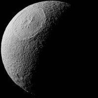 Miệng núi lửa rộng 450km trên mặt trăng sao Thổ