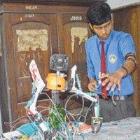 Nam sinh 14 tuổi chế tạo robot cho gà ăn từ những món đồ vứt đi