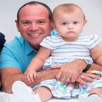 Ngỡ ngàng cặp song sinh có hai người bố khác biệt