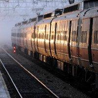 Nguy hiểm không ai biết vì lỗi đứng chờ tàu hỏa không đúng cách