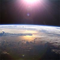 Nhìn từ không gian, Trái đất của chúng ta đang bị mờ dần đi