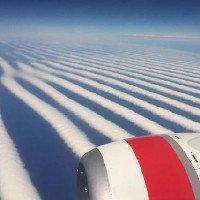 Những đường mây kẻ sọc thẳng tắp kỳ lạ trên bầu trời Australia
