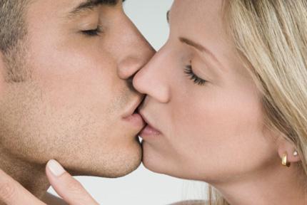 Nụ hôn có thể làm lan truyền virus gây u nhú HPV
