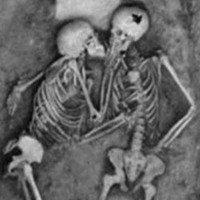 Nụ hôn vĩnh cửu của cặp tình nhân bên nhau 2.800 năm
