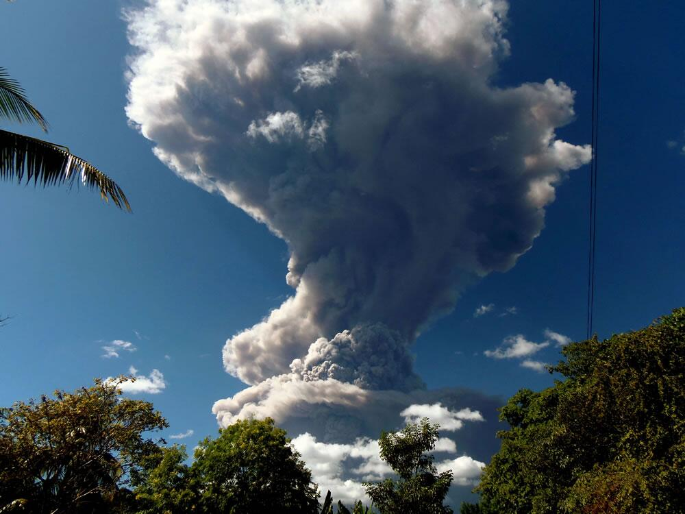 Núi lửa phun cột tro bụi 5.000 m