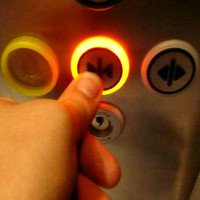 Nút đóng trong cửa thang máy thật sự chỉ để làm cảnh
