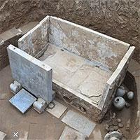 Phát hiện ngôi mộ cổ 1.400 năm có giường đá cẩm thạch trắng