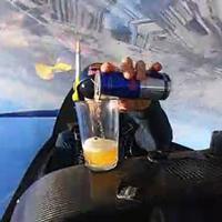 Phi công vừa nhào lộn ngoạn mục, vừa rót nước tăng lực giữa trời mà không rớt giọt nào