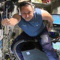 Phi hành gia cưỡi máy hút bụi bay trên vũ trụ
