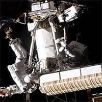 Phi hành gia đi bộ ngoài không gian để thay pin năng lượng Mặt trời