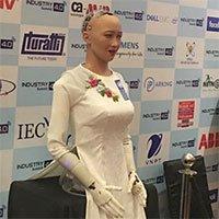 Robot đầu tiên có quyền công dân Sophia ra mắt Việt Nam trong tà áo dài trắng tinh khôi