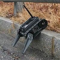 Robot len lỏi trong đống đổ nát toà chung cư tìm kiếm nạn nhân mất tích