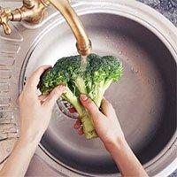 Sai lầm khi ngâm rau củ trong nước muối